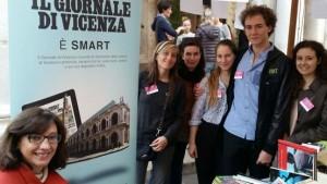 La vicepresidente degli Amici della Bertoliana, Valeria Mancini, con i ragazzi del Leo club (foto - BATCH)